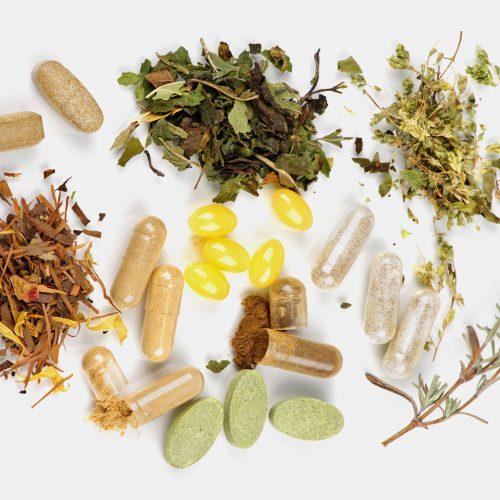 FitoterapiaLa fitoterapia se fundamenta en el uso de plantas medicinales, minerales y productos de origen animal para el tratamiento de determinadas alteraciones del cuerpo.